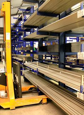 barras de aço em armazém junto a empilhadora